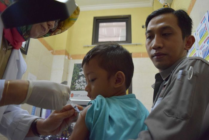 Photo: Parents are racing to have their children properly vaccinated. (ABC News: Samantha Hawley)